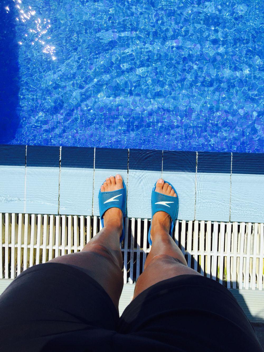 Working as a swimming instructor Trabajando de técnico de natación