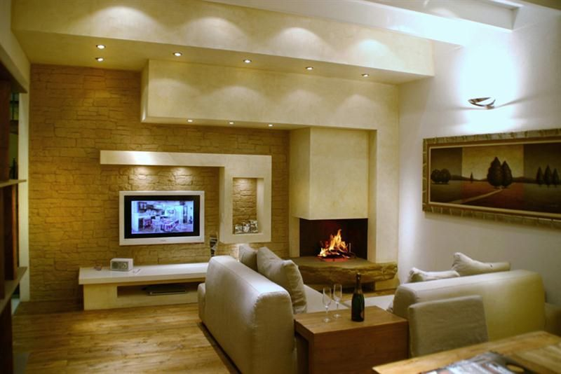 Caminetti moderni in marmo acciaio cartongesso per essere for Arredamento soggiorno con camino
