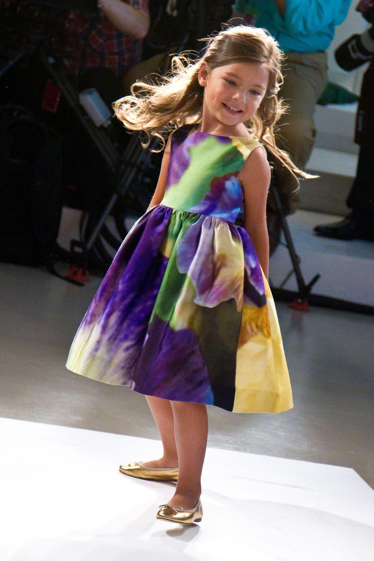 oscarprgirl: sophie!  hemos hecho este vestido para la pequeña Sophie de @ sophieandNYC y  los super aventuras de su nuevo libro, Grand Central Escapadas.  el vestido está disponible para pre-orden en nuestro sitio web.  compras del nuevo libro aquí.