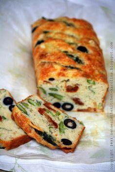 Cake salato di asparagi, olive e pomodori secchi con feta e cipolle