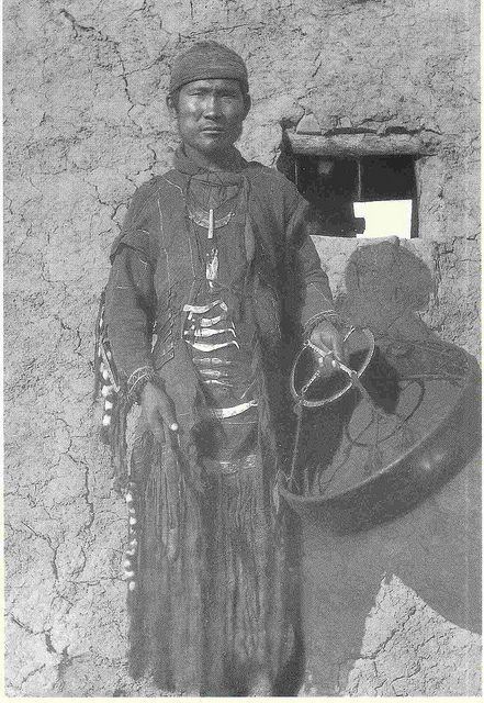 Yakut shaman at the beginning of the century. The famous documentary photograph is from Waldemar Jochelson. At the clothing of the shamans (ojun) you can see well the bird-shaped wrought-iron decorations, helpers of the shaman in his ecstatic journeys.