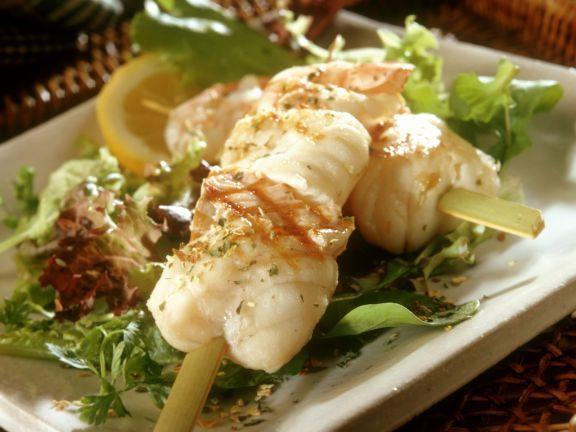 Grillspieß mit Seeteufel ist ein Rezept mit frischen Zutaten aus der Kategorie Meerwasserfisch. Probieren Sie dieses und weitere Rezepte von EAT SMARTER!