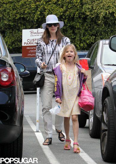 Jennifer Garner Stops to Shop With Violet
