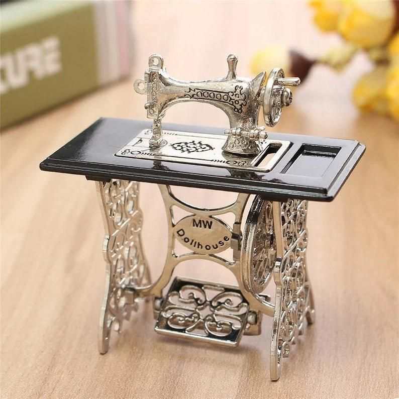 Miniatura Toy Vintage Miniature Sewing Machine Furniture Toys Gifts For 1/12 Doll House Decor Retro