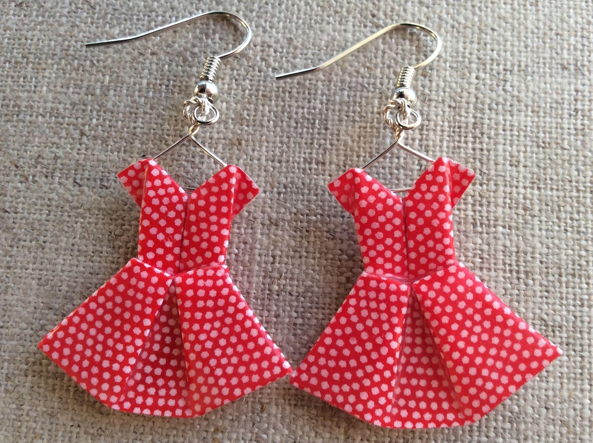 Boucles duoreille robes rouges à pois blancs en origami boucles d