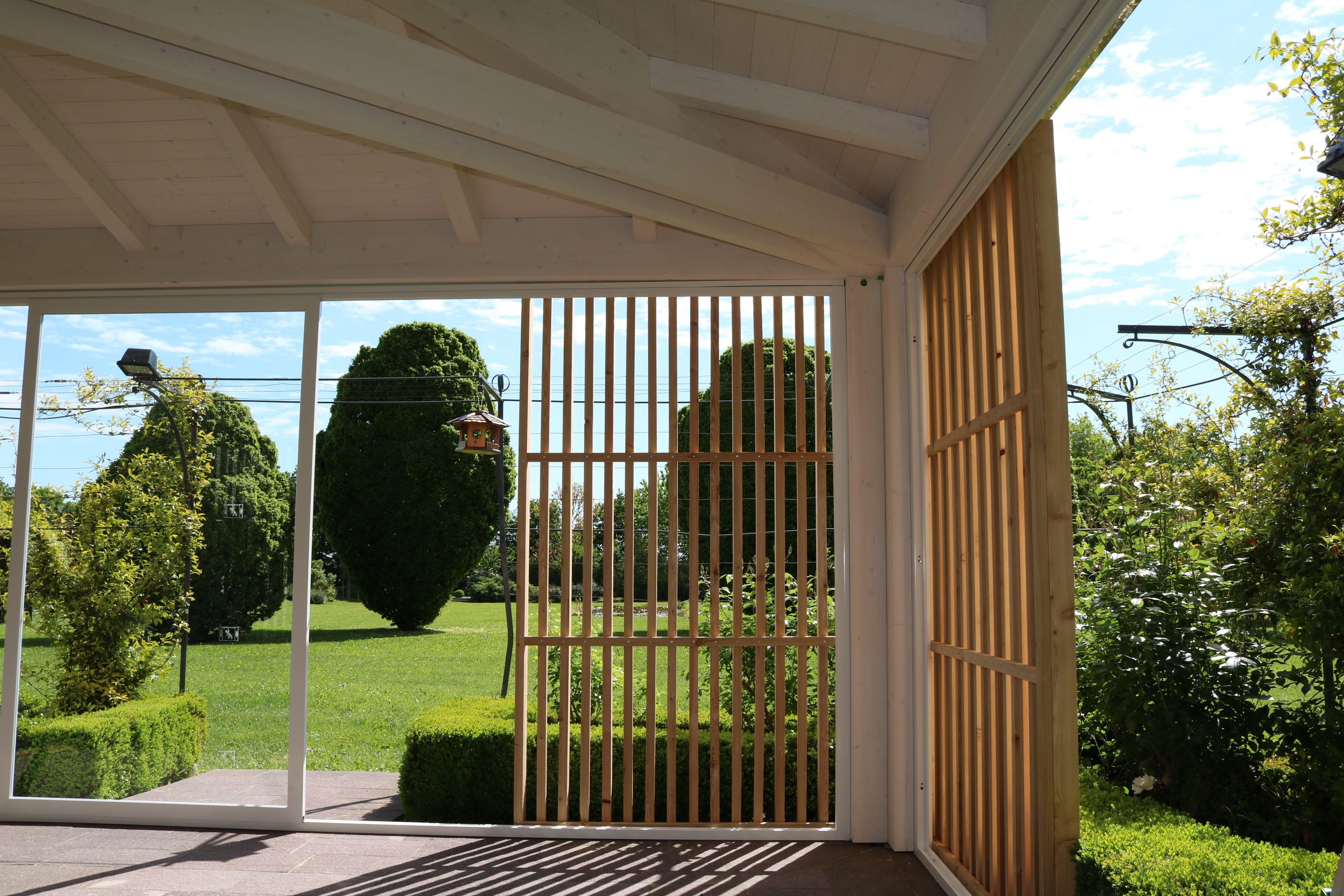 Struttura in legno lamellare di abete con capriata incrociata e brise soleil in legno di larice naturale - Angolare della struttura