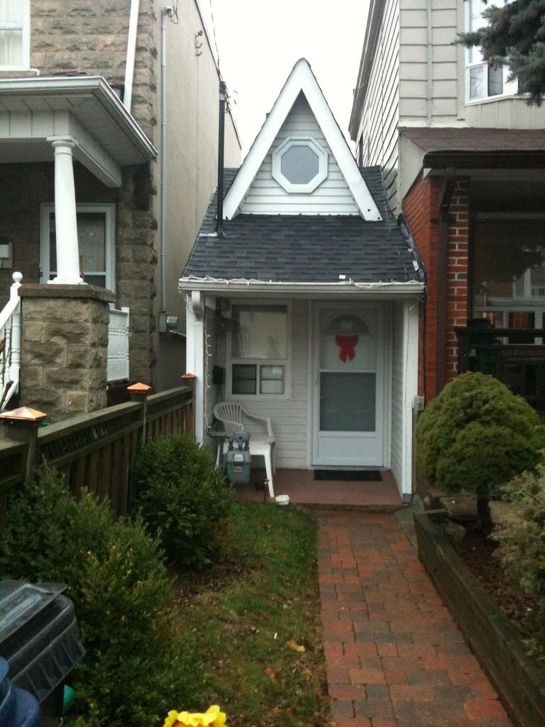Found it! The Smallest House in Toronto Small cottages