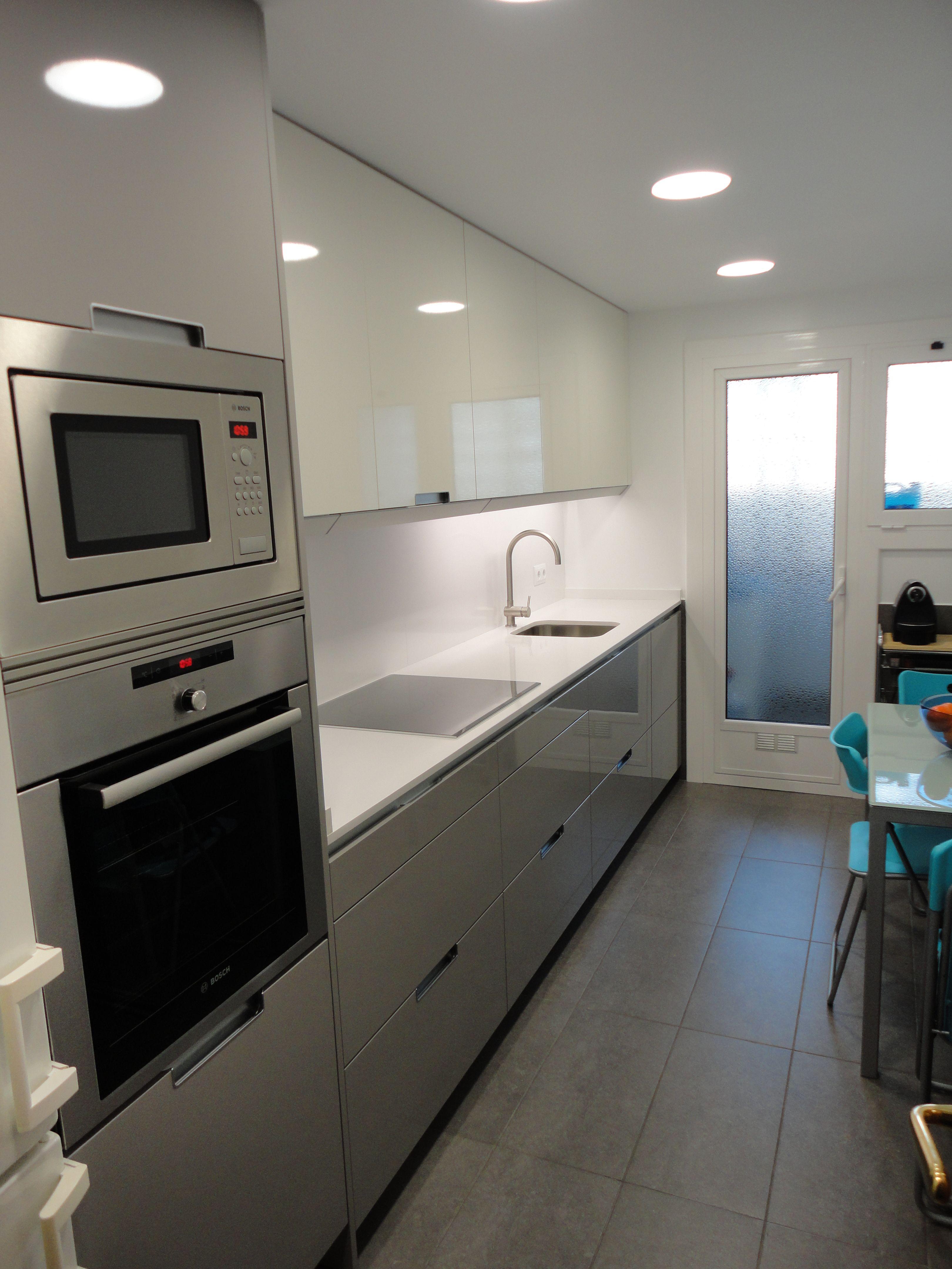 Reforma cocina renova interiors mobiliario santos modeo for Cocinas alargadas modernas