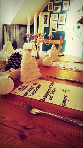 Weihnachtsdeko mit Menükarte und Tannenbaum-Servietten