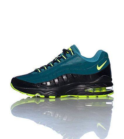 761177c51443 NIKE Low top sneaker Heel air bubble Front lace closure Upper mesh NIKE  swoosh on side and heel AIR MAX logo on mesh tongue Cushioned sole for  comfort