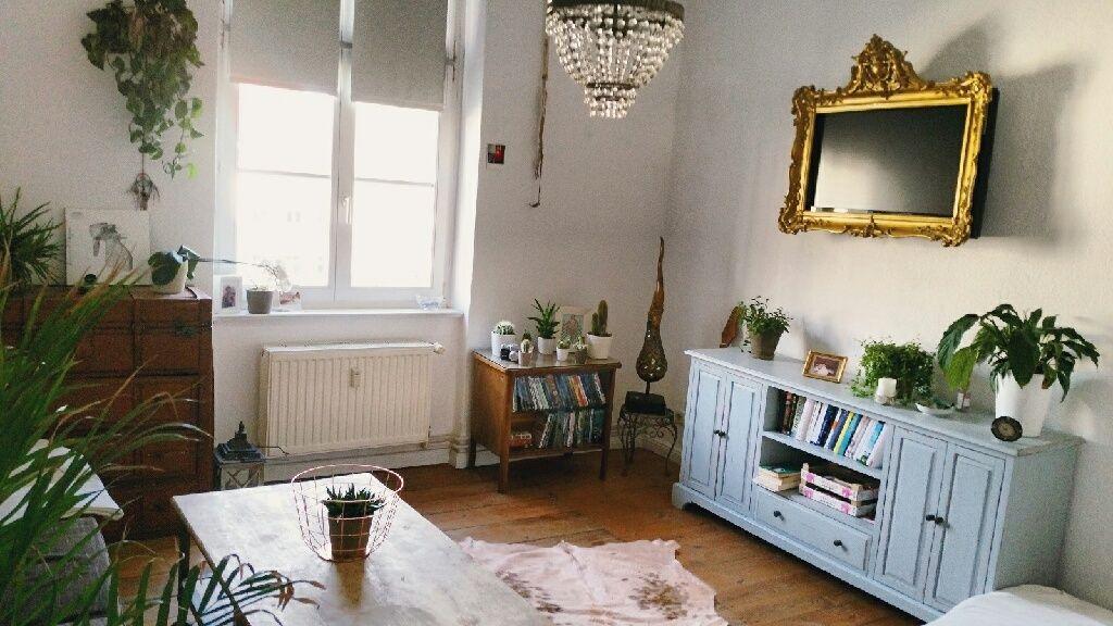 Wunderschones Vintage Wohnzimmer Mit Schoner Holzmobel Und Goldrandspiegel Vintage Wohnen Einrichtung Vintage Wohnzimmer Idee Wohnen