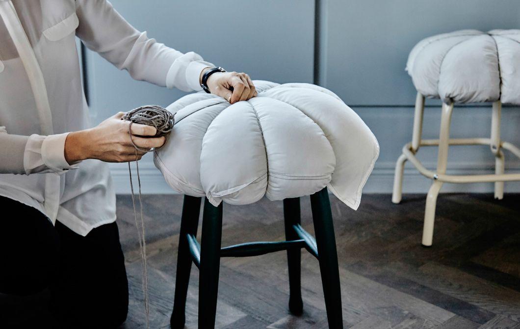 Un cuscino fai da te da aggiungere agli sgabelli per renderli