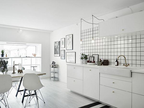 Cocina blanca con detalles en negro Nuevamente encontramos la silla