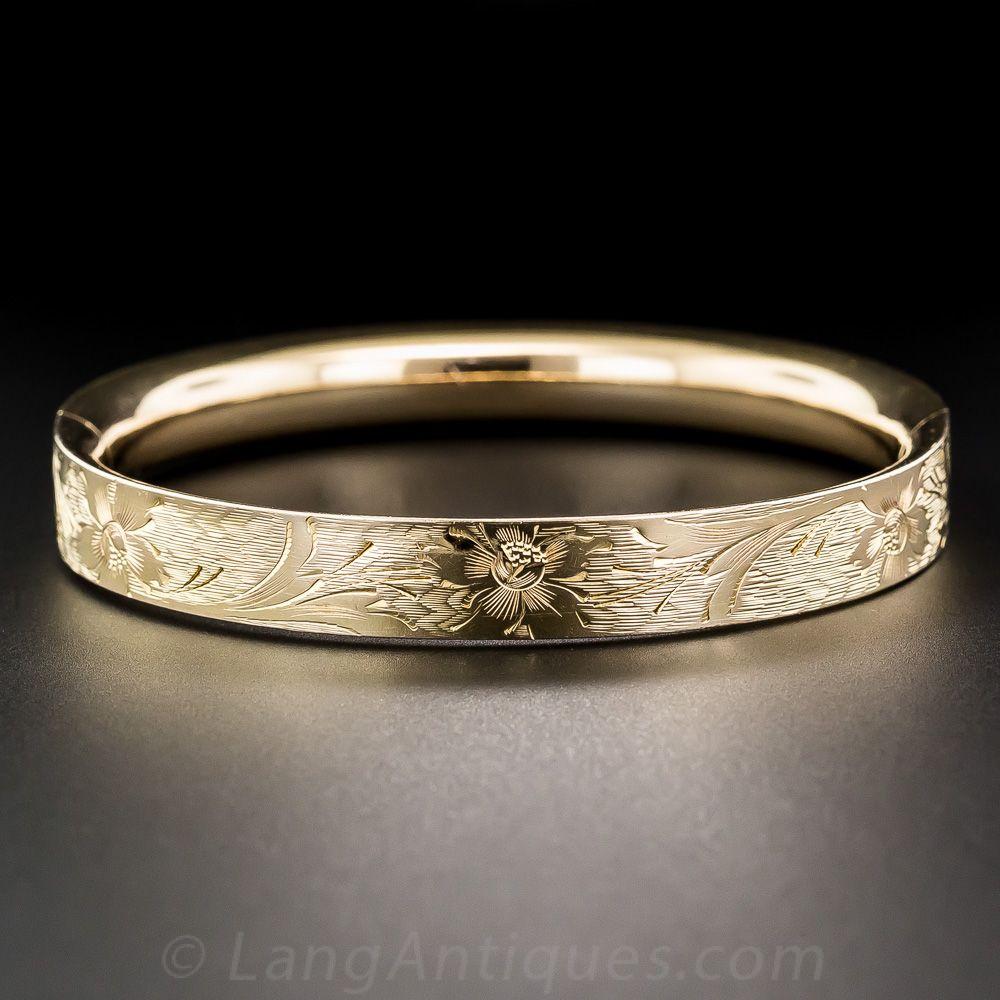 Fanciful floral grabado de la mano adorna la parte superior de esta
