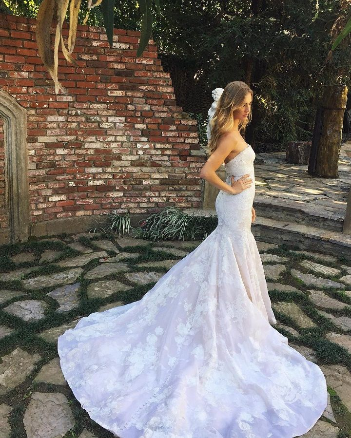 Beautiful strapless wedding dress with a train #weddingdress #weddingdresses #bridalgown #bridaldresses