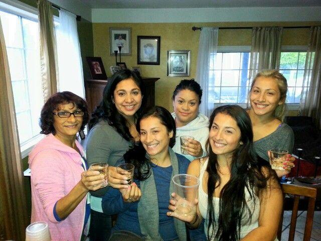 Hijas y yooo brindando