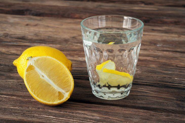 La mezcla de limón y agua.