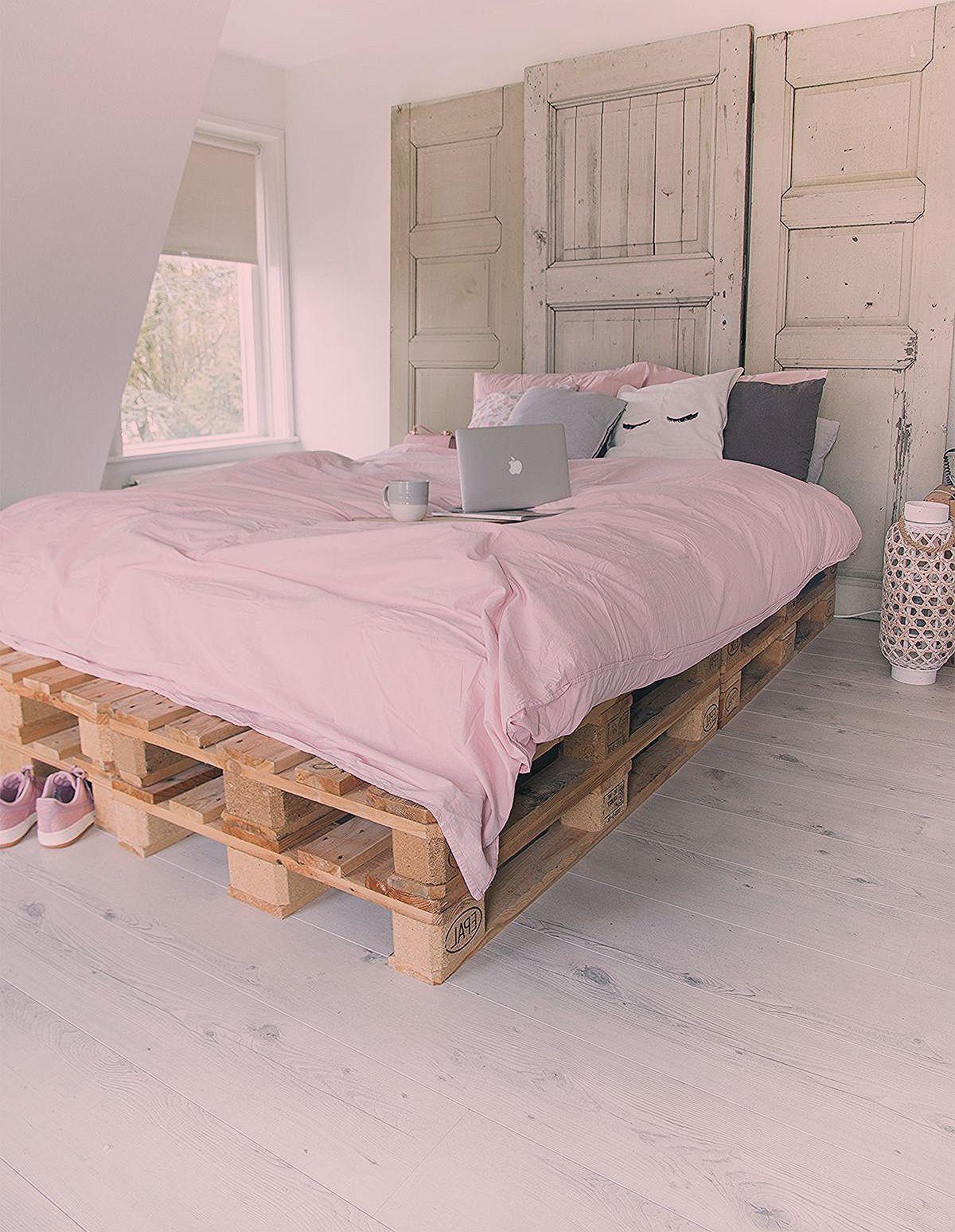 Bedroom Pallet Bedroom inpsiration  bed op pallets en oude paneeldeuren als hoofdbord