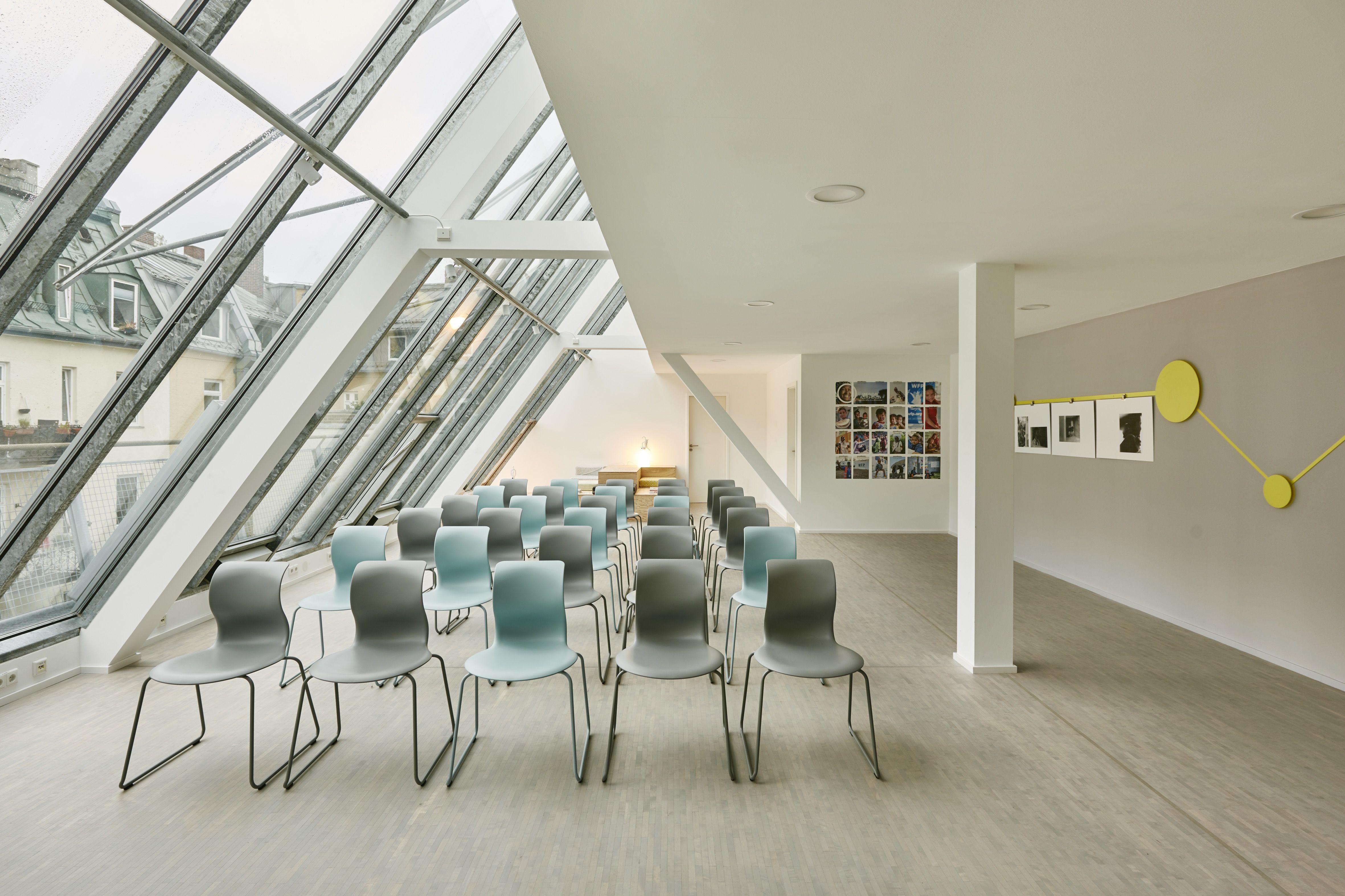 Elegant Flexibler Projektraum Mit Flötotto Stühlen Ausgestattet Foto © Daniel  Schäfer