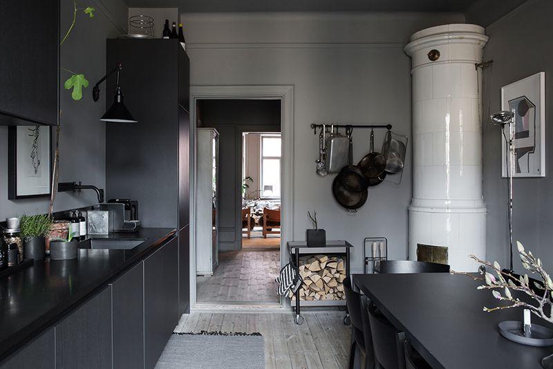Charme Donkere Interieurs : Binnenkijken in het donkere interieur van een zweedse stylist