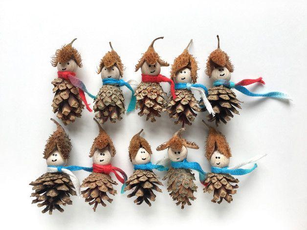Verkaufe 10 Waldwichtel  Die Waldwichtel sind aus einem Zapfen, einer Bucheckermütze und einer kleinen Buchenholzkugel gefertigt. Jeder Wichtel trägt einen Schal.  Auf Anfrage statte ich die... #herbstdekofensterkinder