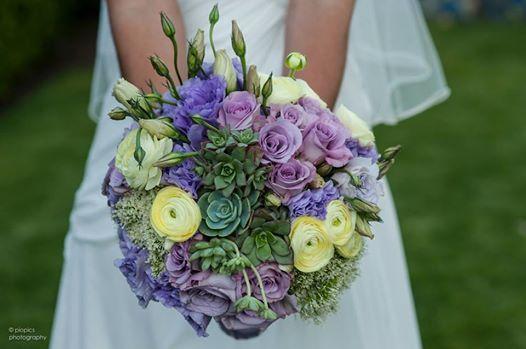 ramo de novia con ranunculus, rosas, lisiantus, suculentas, traquelium