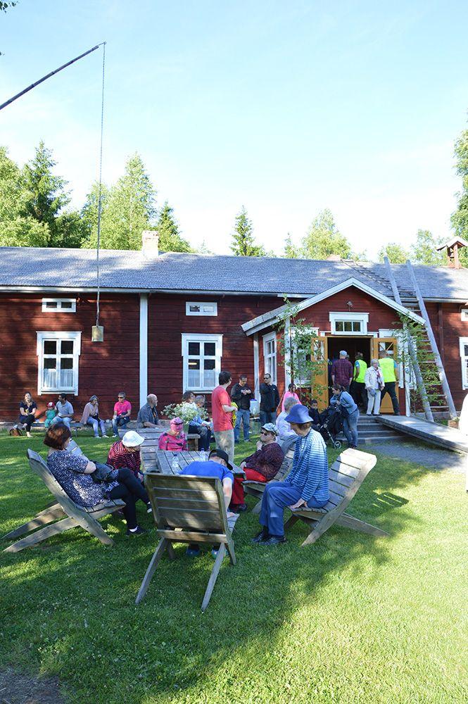 Turkansaaren kahvila toimii vuodelta 1894 peräisin olevassa Ylikärpän talossa. Mukavan päivän museoalueella kruunaa leppoisa hetki tunnelmallisessa pirtissä herkkujen äärellä.