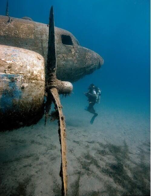 Avión bajo el agua.