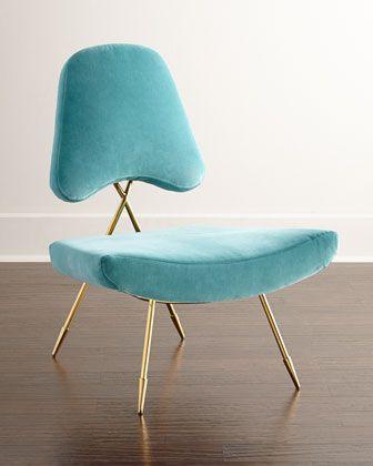 des courbes féminines et douce, inspiration petit mobilier Mid Century les pieds compas en laiton, très élégante.
