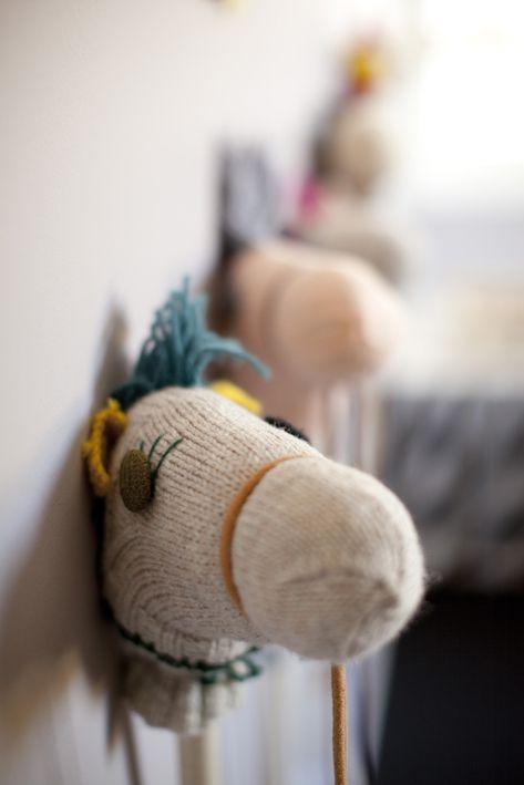 Cavalos de brincar feitos com meias de lã, fios de lã, um pau e muita imaginação <3