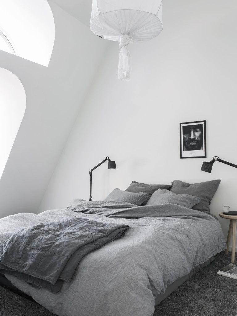 bedroom under the rooftop stylist pella hedeby photographer sara medina lind wohnen. Black Bedroom Furniture Sets. Home Design Ideas