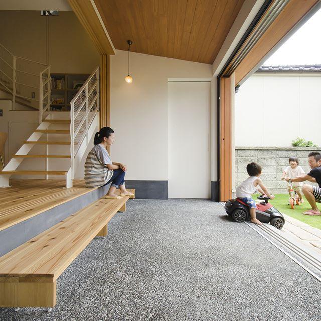 夏休み 庭と家とがつながる広い土間 土間 玄関 芝 土間収納
