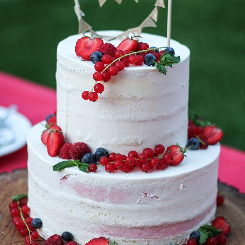 Hochzeitstorte Mit Beeren Semi Naked Cake Zweistockig