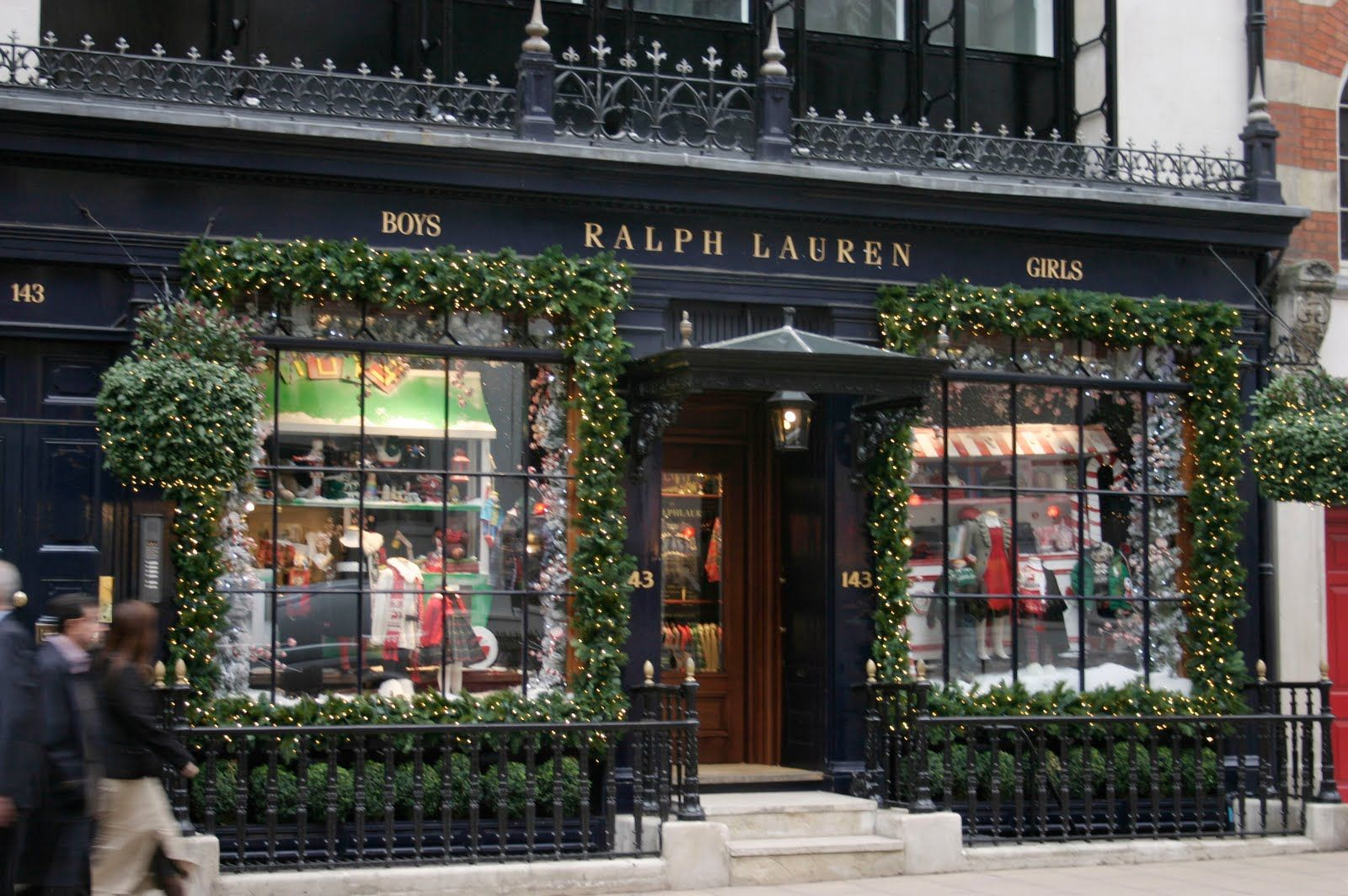 Totally makes me want to paint my outside windows black and flank them in natural garland and lights.  Thank you Ralph for the inspiration.