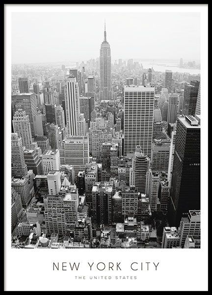 Elegantes Poster zu New York mit einer schwarz-weißen Fotografie von der Stadt mit dem Text New York City, The United states. Das Poster passt perfekt in verschiedenste Einrichtungsstile und Räume. Zum Beispiel ins Wohnzimmer über das Sofa, oder warum nicht in die Küche? www.desenio.de - Kunst Blog #deseniobilderwand