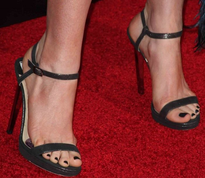 3c9dfd0abf8 Anne Hathaway in Disastrous Dress and Jimmy Choo