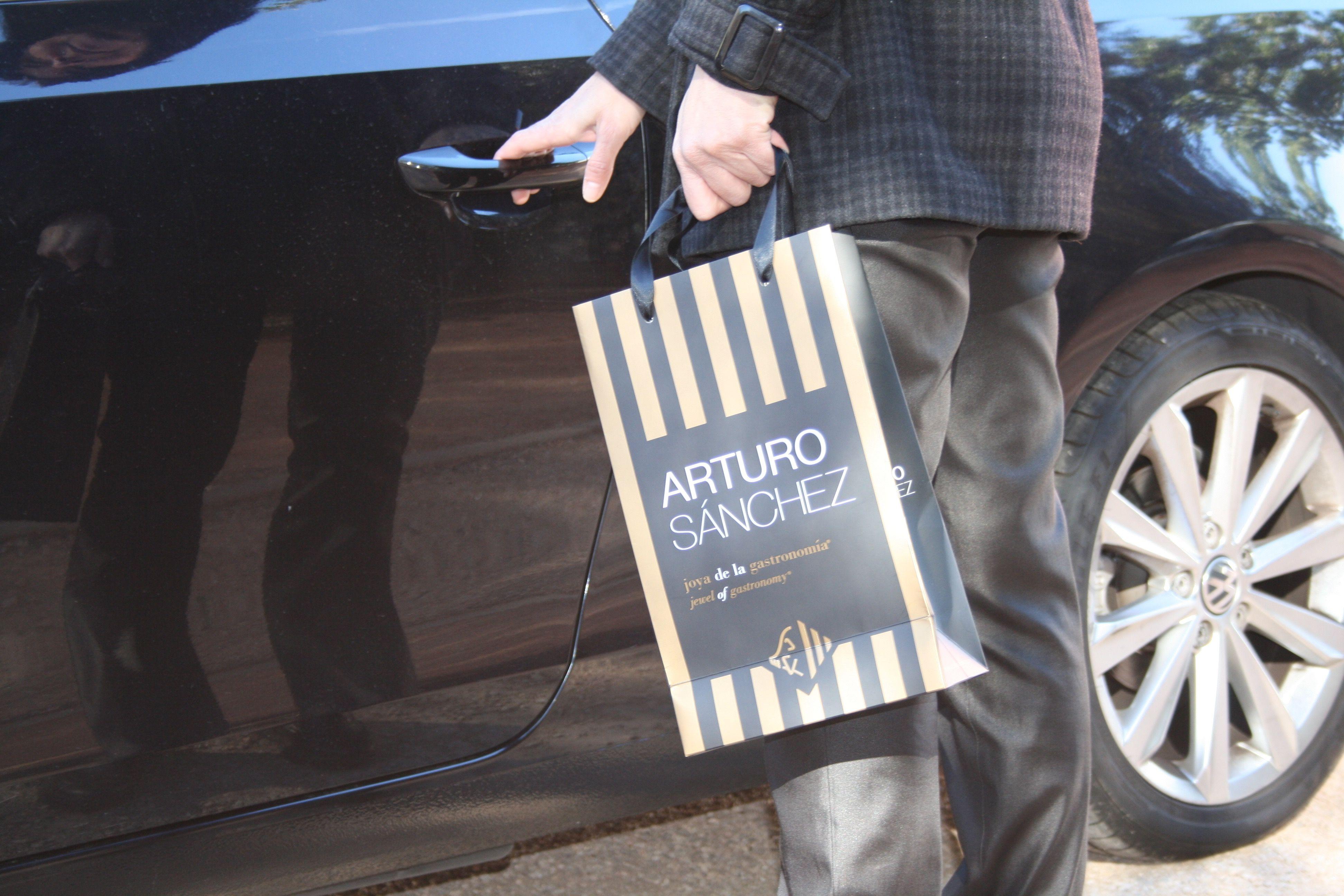 Bolsas de papel lujo plastificado, asas de algodón e impresión personalizada.