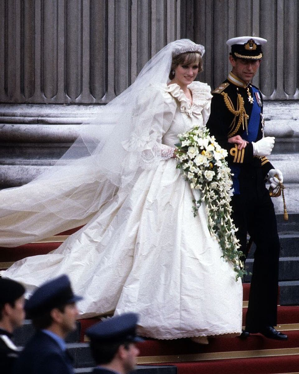 With A 25 Foot Train And 10 000 Pearls Co Designer David Emanuel Didn T Downplay Diana Princess Diana Wedding Dress Princess Diana Wedding Royal Wedding Gowns [ 1200 x 960 Pixel ]