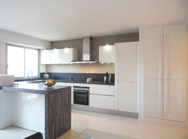 La cuisine blanche intemporelle et l gante cuisine cuisine blanche cuisine intemporelle - Cuisine blanche et inox ...