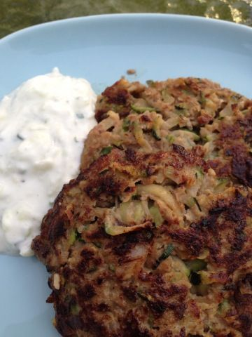 Rund-courgetteburgers met kwarkdip - From Fat To Fit