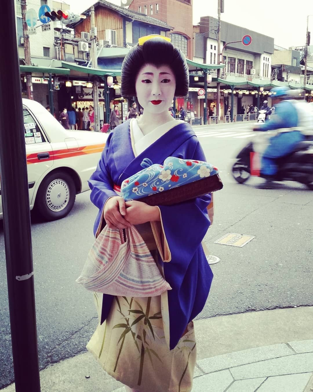 Nothing says you're in Kyoto quite like seeing a Geisha going about her visits . . . #Geisha #kyoto #Japan #Gion #beauty #traditional #kimono #onlyinjapan #artform #geiko #maiko #geishacapital #internationalwomensday #culturetrip #speechlessplaces