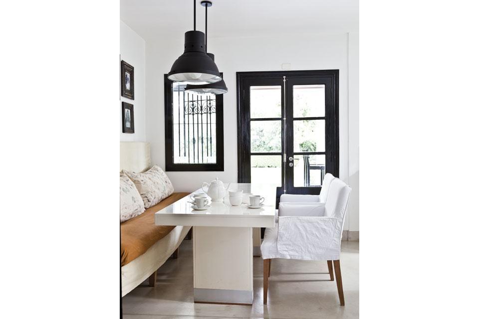 Una casa con el color negro como protagonista | Marcos de cuadros ...