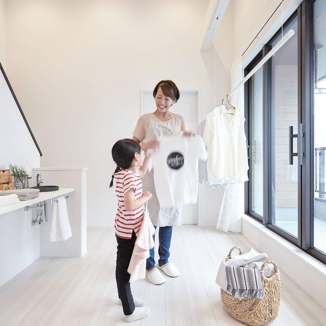 室内干しができるフリースペース(ランドリースペース) 。洗濯物を畳めるカウンター やアイロン台があり、子どもたちもお手伝いしやすい動線。夜間や雨の日はもちろん、花粉のシーズンに大活躍。 | Lab coat