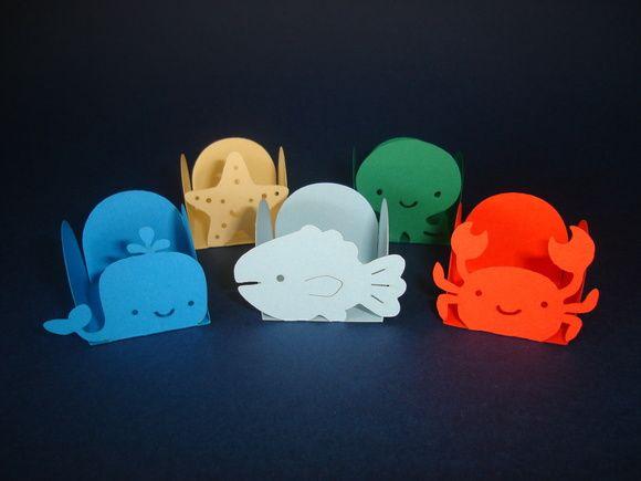 Forminhas tema Fundo do Mar. Vendidas em pacotes com 25 unidades iguais de cada personagem. Confeccionadas em papel especial Color Plus, gramatura 180g.  O preço do pacote com 25 unidades custa R$ 10,00 A unidade custa R$ 0,40. R$ 10,00