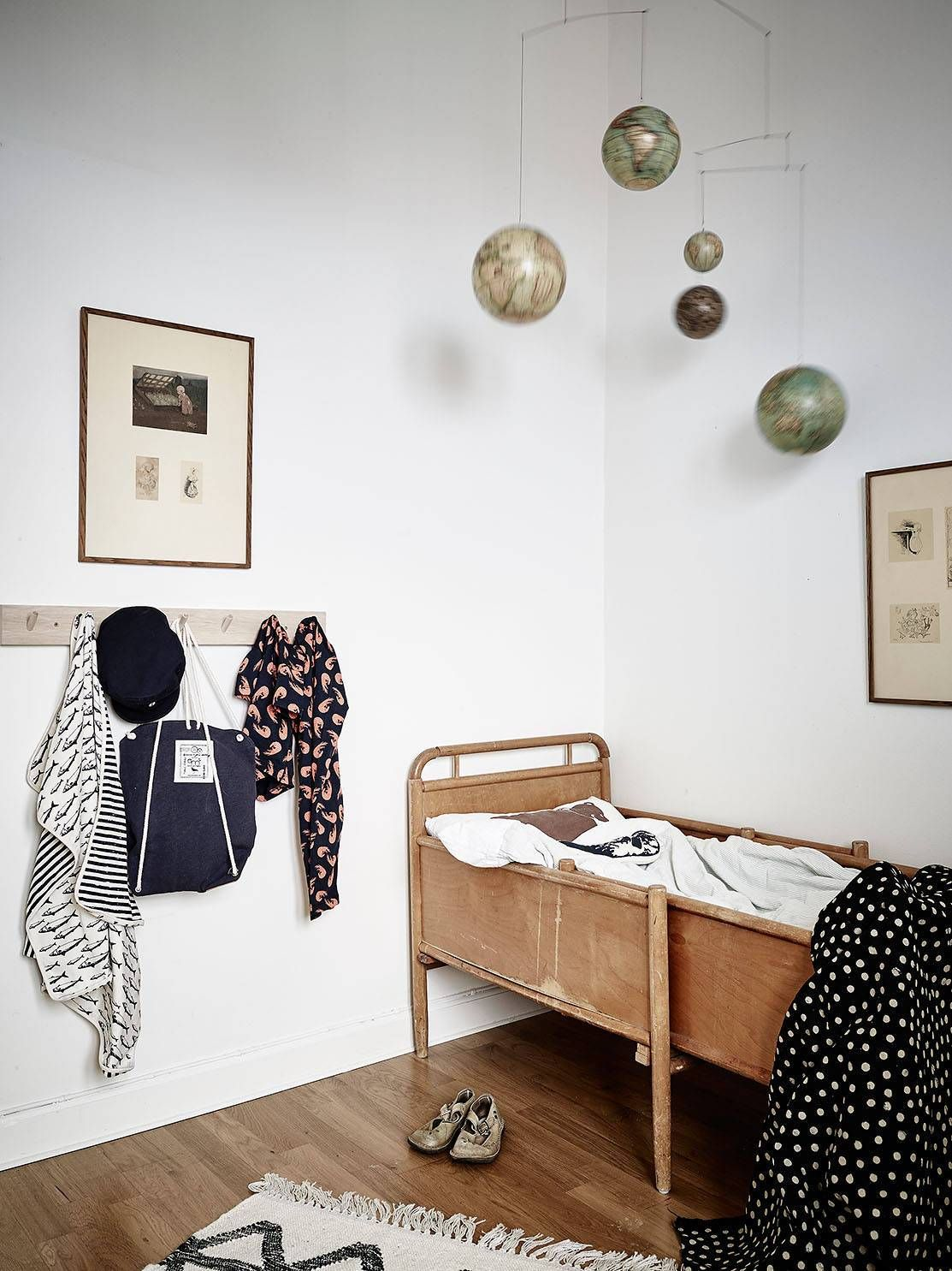 Kinderzimmer Buben Ideen Globes Above The Bed Such A Cool Kids Room Kleine