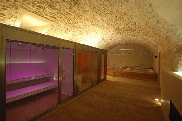 Las instalaciones se adaptan a la perfección en espacios donde la arquitectura tiene un gran peso estético, como en el Hotel Molí del Mig, un espacio singular que reboza naturaleza y personalidad. En este ambiente exclusivo el baño de vapor, con frontal acristalado y cromoterapia combinada con cielo estrellado, las duchas de hidroterapia y spa fijo se integran con una elegancia exquisita. #inbeca #inbecawellness