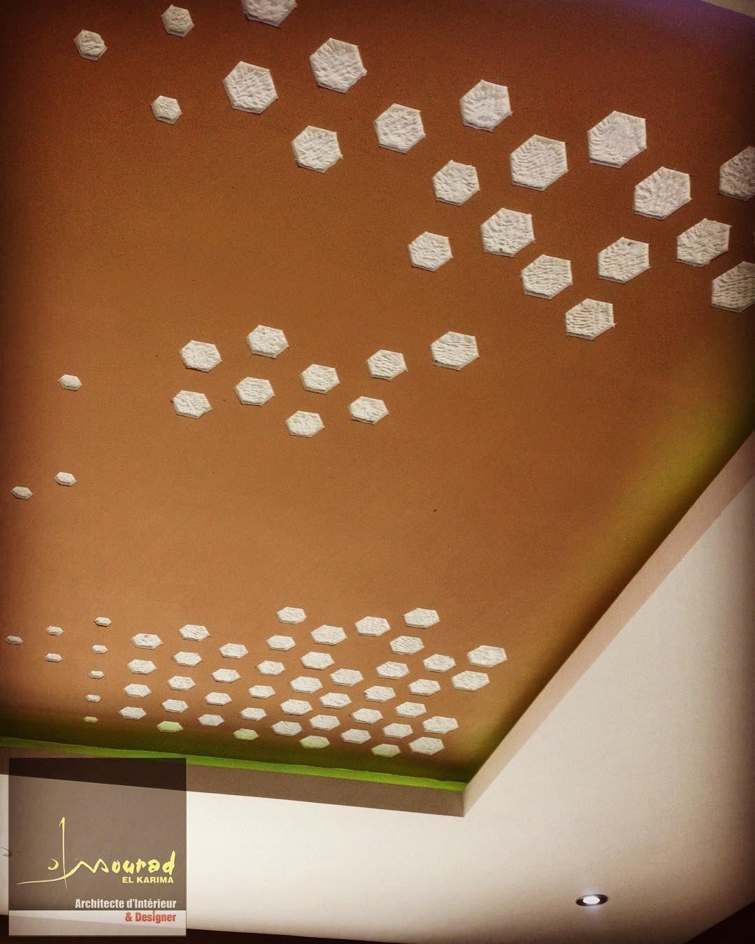 Jeux de forme hexagonales multi-taille sculpte sur faux-plafond appartement A1.  playing multi-fit hexagonal craved on ceiling #apartment A1  #Design #architectureinterieur #interiordesign #هندسة_داخلية by #mouradelkarima studio #MEKAI #ceiling #craving #sculpture #glamourinterior #multifit #hexagon #geometricforms #geometricdesign #fauxplafond by mouradelkarima