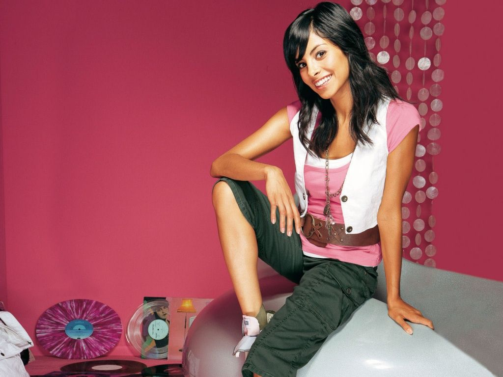 HD Wallpapers: 1024x768 » Celebrities » Girl On Pink hd desktop ...