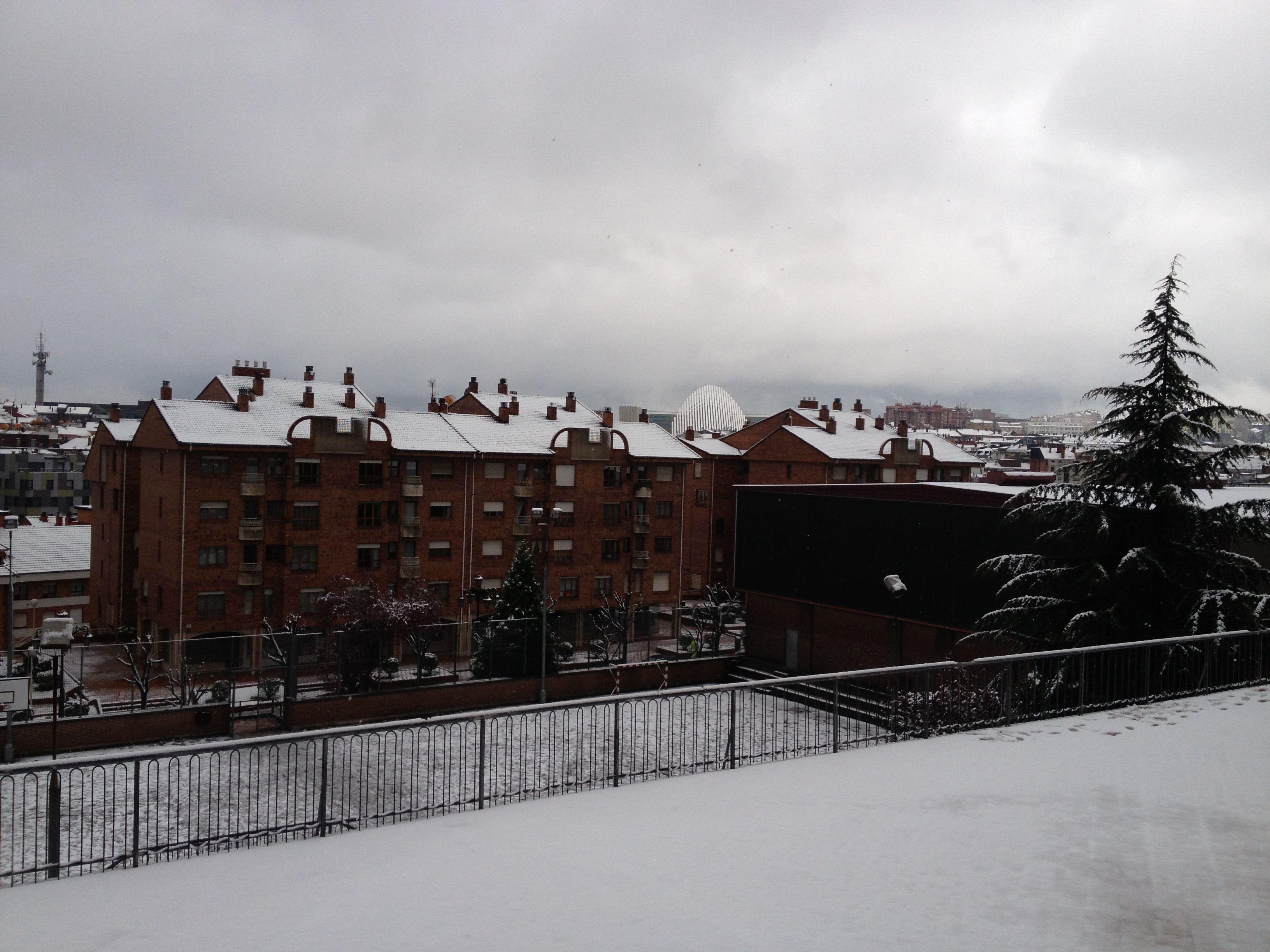 Colegio Auseva, Marzo 2013. Con el movimiento de traslación de la Tierra se suceden las estaciones del año, el Invierno, suave en Oviedo, alguna vez nos regala una nevada como esta.