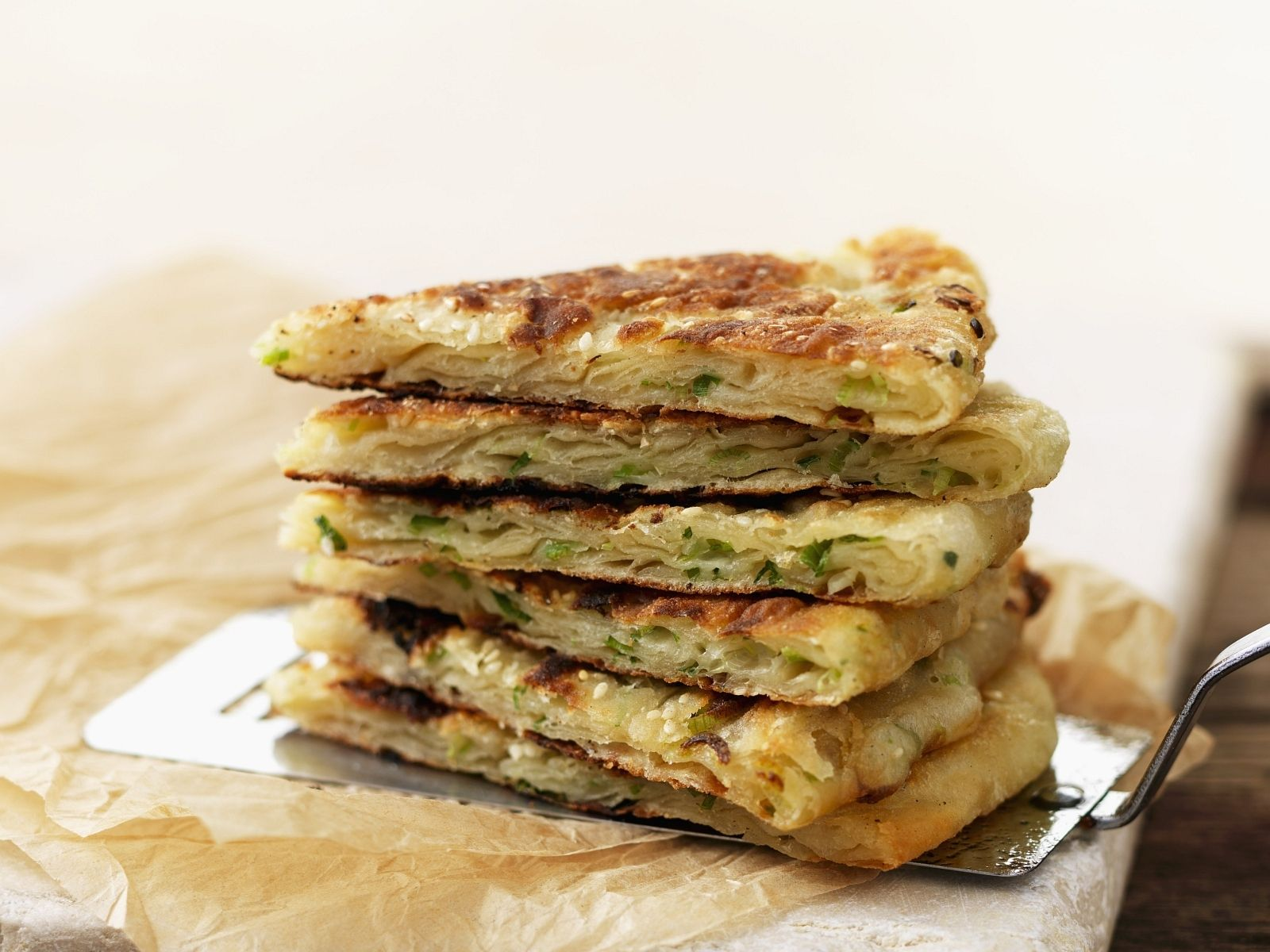 Pfannkuchen auf chinesische Art mit Lauchzwiebeln   Zeit: 30 Min.   http://eatsmarter.de/rezepte/pfannkuchen-auf-chinesische-art-mit-lauchzwiebeln
